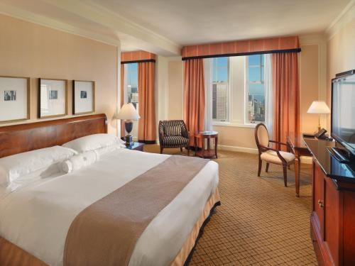 A bed or beds in a room at InterContinental Mark Hopkins San Francisco, an IHG Hotel