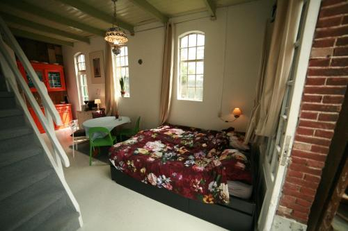 A bed or beds in a room at Happy in Deventer