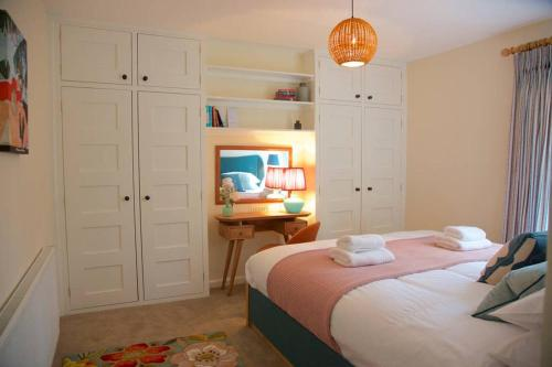 A bed or beds in a room at The Riverside Retreat - Central Frome