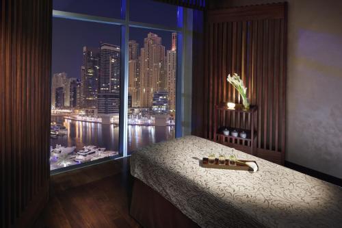 Een bed of bedden in een kamer bij Address Dubai Marina