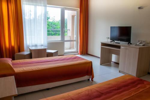 Un pat sau paturi într-o cameră la Bellevue Hotel