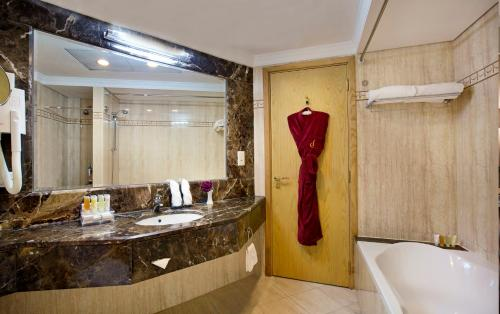 A bathroom at City Seasons Hotel Dubai