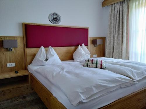 A bed or beds in a room at Frühstückspension Helmhof