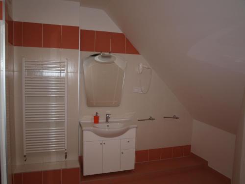 A bathroom at Hotel King George