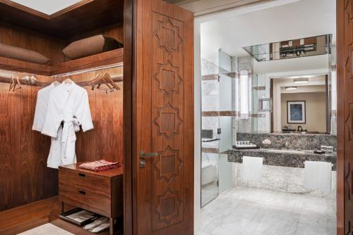 Um banheiro em Conrad Makkah