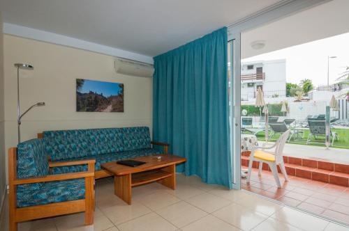 Een zitgedeelte bij Apartamentos Dunasol