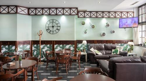 A restaurant or other place to eat at Hotel Ciudad De Calahorra