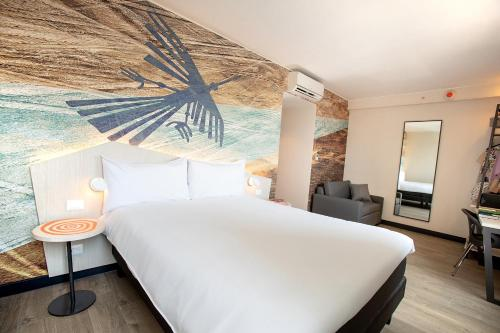 A bed or beds in a room at ibis Styles Lima Benavides Miraflores