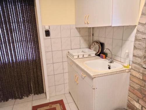 A bathroom at Ópusztaszeri Mózes Vendégház
