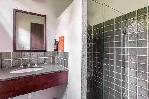 A bathroom at Selina Paraty