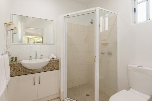 A bathroom at Tropical Nites Holiday Townhouses