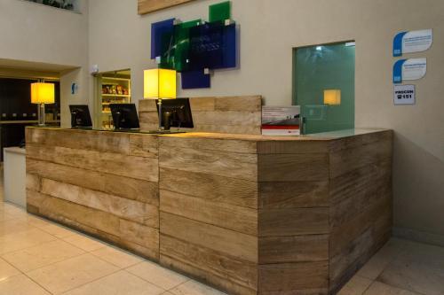 The lobby or reception area at Holiday Inn Express Maceió, an IHG Hotel