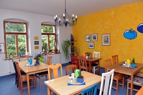 Ein Restaurant oder anderes Speiselokal in der Unterkunft Pension Bloo Tomato