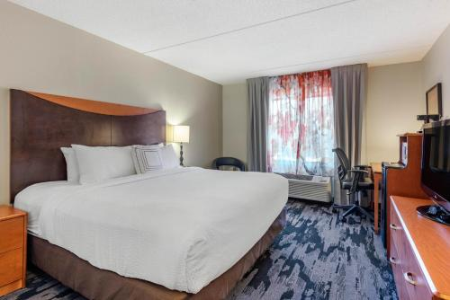 A bed or beds in a room at Fairfield Inn Portland Maine Mall