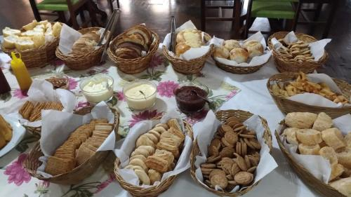 Breakfast options available to guests at Hotel Termas Rio do Pouso