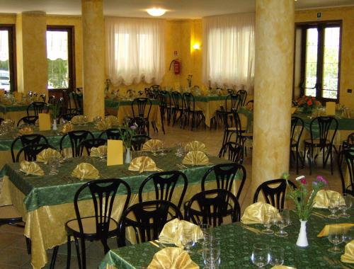A restaurant or other place to eat at Hotel Zi Marianna