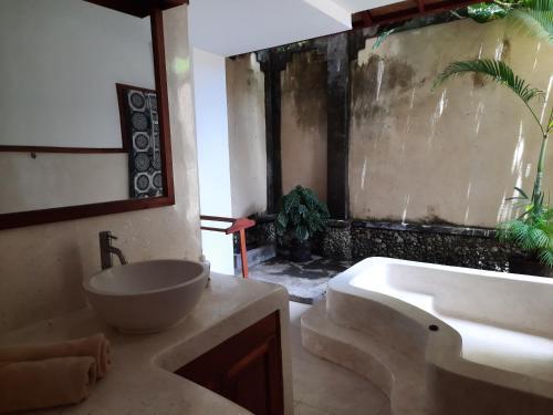 A bathroom at Puri Mesari Hotel