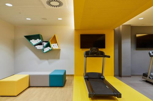The fitness centre and/or fitness facilities at Hotel Indigo Berlin - East Side Gallery, an IHG Hotel