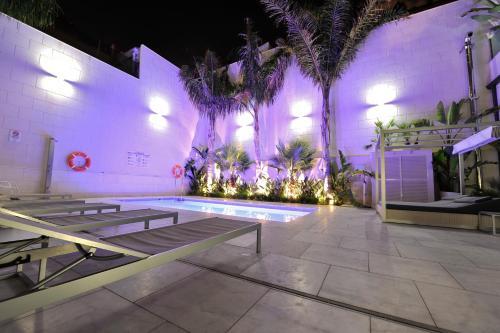 The swimming pool at or close to Hotel Indigo Barcelona - Plaza Catalunya, an IHG Hotel