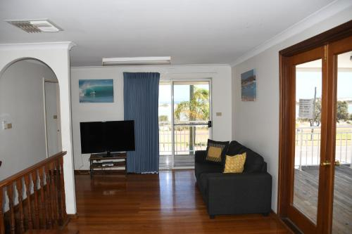 A television and/or entertainment center at Kalbarri Seafront Villas