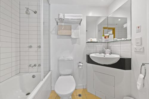 A bathroom at YEHS Hotel Melbourne CBD