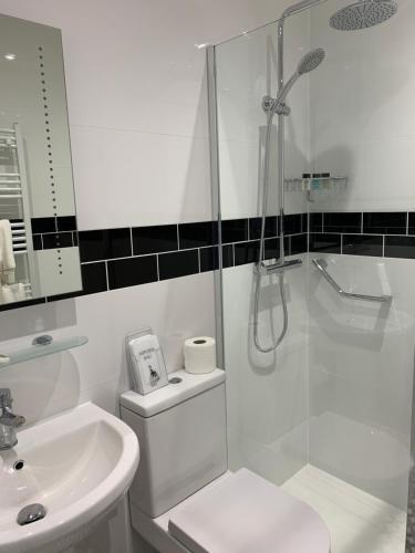 A bathroom at Great Malvern Hotel