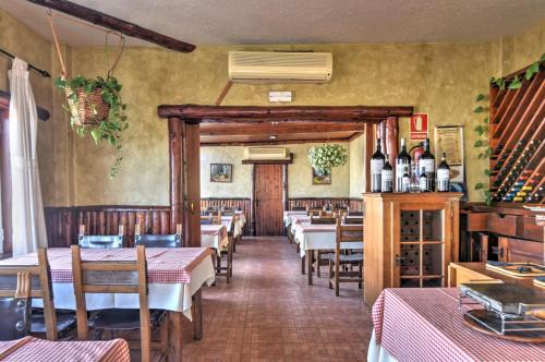 Een restaurant of ander eetgelegenheid bij Apartamentos Luz Y Mar