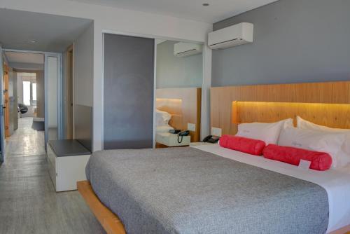 Cama o camas de una habitación en Regency Rambla Design Apart Hotel