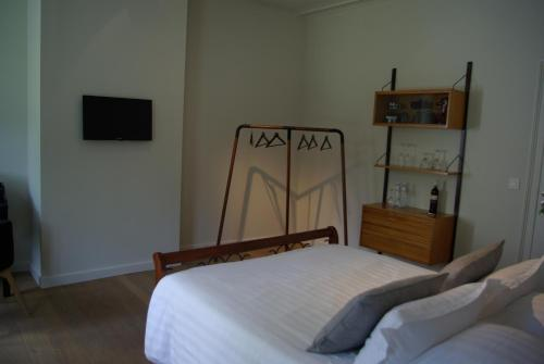 A bed or beds in a room at B&B Huyze Weyne