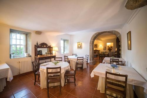 A restaurant or other place to eat at Casa dos Assentos de Quintiaes