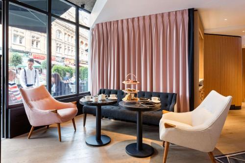 A seating area at Radisson Blu Edwardian Hampshire Hotel, London