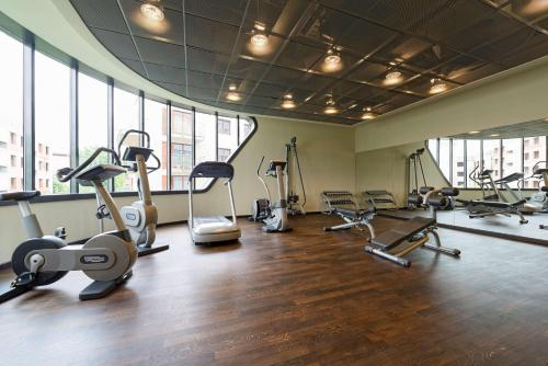 The fitness centre and/or fitness facilities at Park Inn by Radisson Krakow