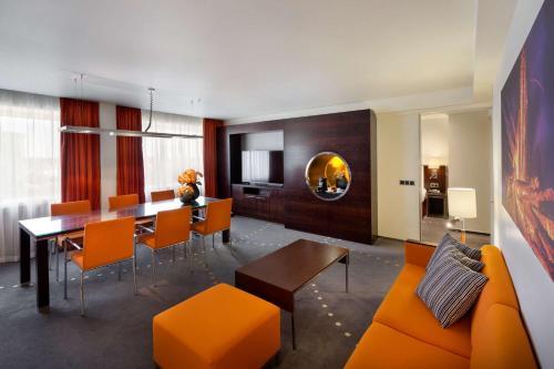 A seating area at Radisson Blu Hotel Olümpia