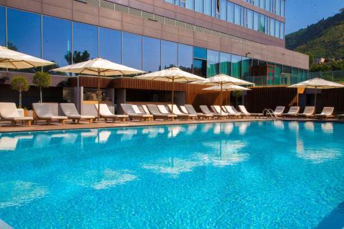 المسبح في فندق راديسون بلو إيفيرا أو بالجوار