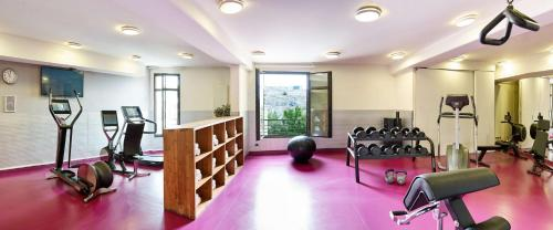 The fitness center and/or fitness facilities at Radisson Blu Hotel Marseille Vieux Port