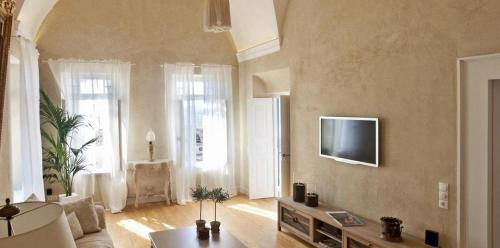 Télévision ou salle de divertissement dans l'établissement history and sophistication 5 bedrooms villa