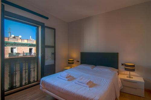 A bed or beds in a room at Tamarit Apartments
