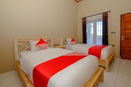 Ein Bett oder Betten in einem Zimmer der Unterkunft OYO 2823 Artati Bungalows And Restaurant