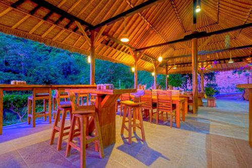 Ein Restaurant oder anderes Speiselokal in der Unterkunft OYO 2823 Artati Bungalows And Restaurant