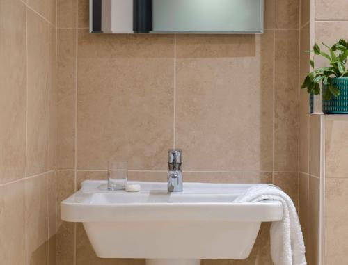 A bathroom at Clifton Arms Hotel