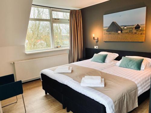 Een bed of bedden in een kamer bij Het Eilandhotel