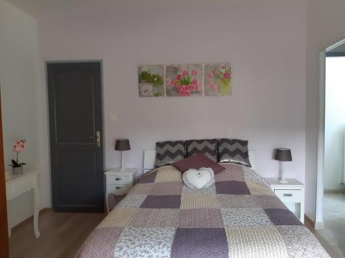 Un ou plusieurs lits dans un hébergement de l'établissement LES ORCHIDEES Ch Hôtes B&B 14 personnes Jaunay-Clan