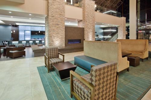 The lounge or bar area at Holiday Inn Virginia Beach - Norfolk, an IHG Hotel