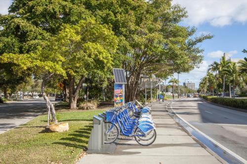 Het zwembad bij of vlak bij Holiday Inn Miami Beach-Oceanfront, an IHG Hotel