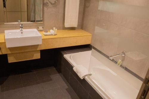 A bathroom at TIME Grand Plaza Hotel, Dubai Airport