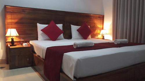 A bed or beds in a room at Shani Residence Kandy
