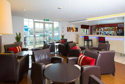 The lounge or bar area at Holiday Inn Express Manchester - Salford Quays, an IHG Hotel