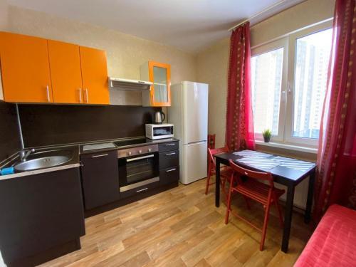 Кухня или мини-кухня в Apartment on Kollontay 5k1