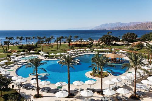 Uitzicht op het zwembad bij Movenpick Taba Resort & Spa of in de buurt