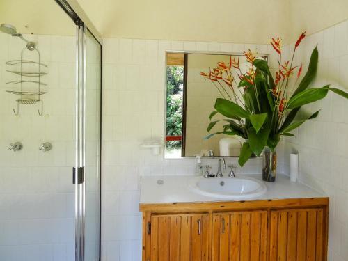 A bathroom at Noah Creek Eco Huts